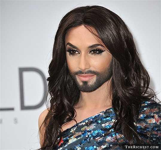 Conchita Wurst - Tài sản: 3 triệu USD. Ngoại trừ bộ râu nam tính, Conchita Wurst trông rất xinh đẹp với vóc dáng và khuôn mặt khá thanh tú của mình. Giọng hát của Wurst đủ sức chinh phục những khán giả khó tính nhất
