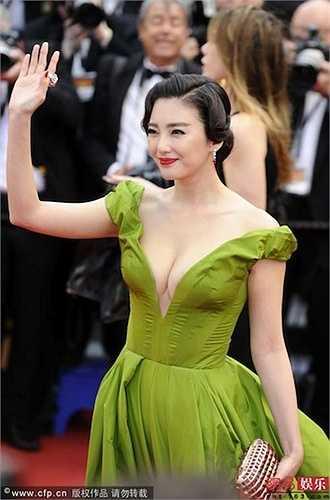 Danh tiếng về khuôn ngực đầy của Trương Vũ Kỳ nổi danh khắp nơi chỉ sau một lần dự thảm đỏ Cannes. Cô mặc váy khoét cổ sâu khiến truyền thông ngỡ ngàng.  (Nguồn: Dân Việt)