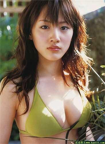 Diễn viên, ca sỹ sinh năm 1985 Ayase Haruka dẫn đầu danh sách '10 sao nữ có vòng một lý tưởng nhất', do phụ nữ Nhật bình chọn trên một website vào năm 2014.