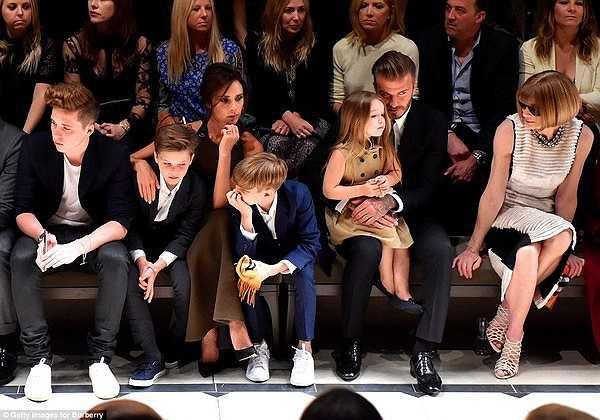 Hôm thứ 5 vừa qua, đại gia đình nhà Beckham đã cùng nhau tham dự show diễn thời trang của Burberry London ở Đài thiên văn Griffith, Los Angeles.
