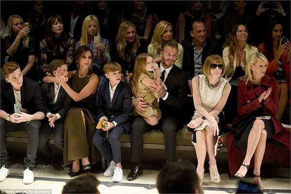 Vốn có quan hệ mật thiết với thương hiệu thời trang danh tiếng này, dĩ nhiên gia đình Beckham đã chiếm chọn những vị trí đắc địa nhất ở hàng ghế đầu, nơi chỉ dành cho VIP.