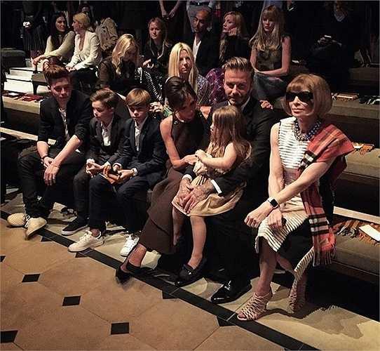 Gia đình Beckham ngồi cạnh Anna Wintour, tổng biên tập đầy quyền lực của tờ Vogue Mỹ.
