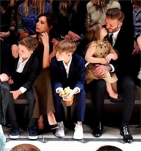 Trong lúc chăm chú theo dõi buổi trình diễn cùng gia đình, Beckham bất ngờ nhận được một nụ hôn đầy yêu thương của 'công chúa' Harper Seven.