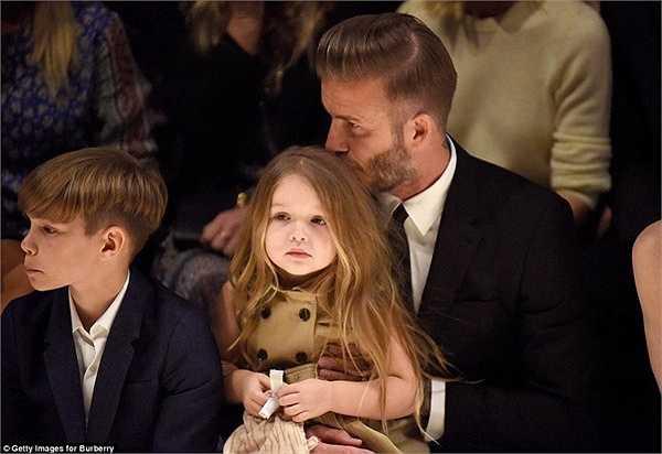 Ngay sau đó, Beckham cũng 'đáp lại' cô con gái cưng với một nụ hôn lên đầu.