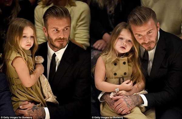 Dù không thiếu chỗ ngồi, nhưng ngôi sao điển trai người Anh vẫn quyết định bế con gái cưng Harper Seven trong suốt show diễn. Đó là điều khá dễ hiểu, bởi không ít lần Becks đã lên báo thừa nhận cô con gái út chính là người được anh cưng nựng nhất nhà.