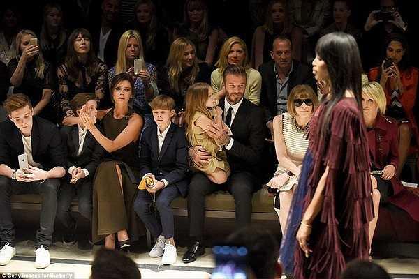 Gia đình Beckham thích thú theo dõi show diễn Burberry London. Brooklyn thậm chí còn lấy điện thoại ghi lại những khoảnh khắc đặc sắc nhất.