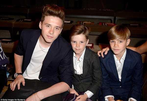 3 cậu nhóc điển trai nhà Beckham thường xuyên theo chân bố mẹ tới các show diễn thời trang. Romeo thậm chí còn là người mẫu cho bộ sưu tập xuân hè 2013 của hãng. (Nguồn: Trí Thức Trẻ)