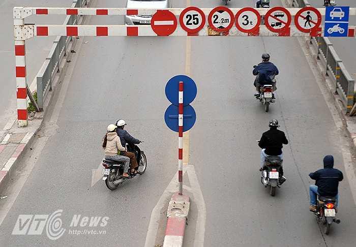 Những cây cầu vượt nhẹ được xây dựng ở Hà Nội nhằm mục đích giảm thiểu ùn tắc giao thông ở những nút trọng điểm. Tuy nhiên, lại có không ít trường hợp người điều khiển xe máy thường xuyên đi ngược chiều, rẽ tắt gây nguy hiểm cho các phương tiện đang lưu thông từ trên cầu xuống.
