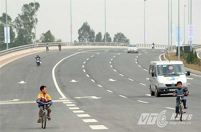 Trẻ em đi xe đạp trước mũi ôtô đang xuống dốc với tốc độ cao trên đường Võ Nguyên Giáp