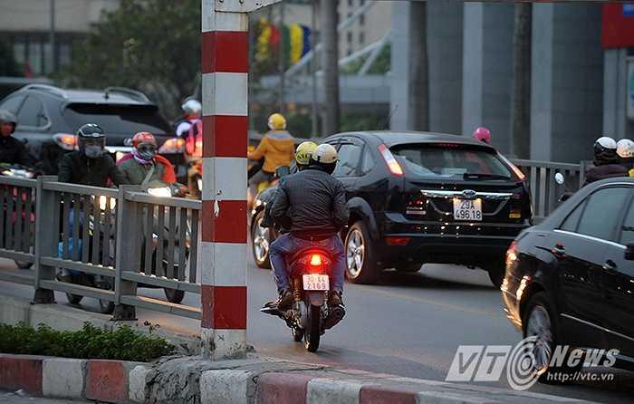 Vào các khung giờ cao điểm trong ngày, lượng xe lưu thông trên cầu lớn nên rất dễ xảy ra tai nạn.
