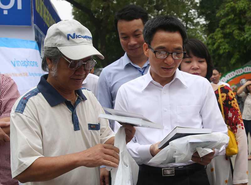 Phó Thủ tướng trò chuyện với một độc giả trông trẻ hơn nhiều so với tuổi 74