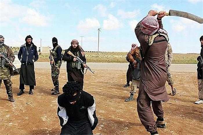 4. Chặt đầu đã trở thành thương hiệu. IS trong thời gian hoạt động đã biến chặt đầu trở thành dấu hiệu riêng của mình. Nó khiến chúng khác biệt với các phiến quân Hồi giáo khác và khiến người dân thế giới vô cùng lo sợ