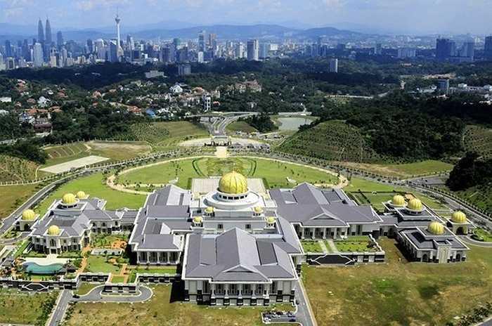 Dinh thự dát vàng của Quốc vương Brunei có tên Istana Nurul Iman, theo tiếng Ả rập có nghĩa là 'Cung điện ánh sáng của các vị Thánh'. Đây chính là hoàng cung được trang hoàng lộng lẫy và xa hoa bậc nhất thế giới.