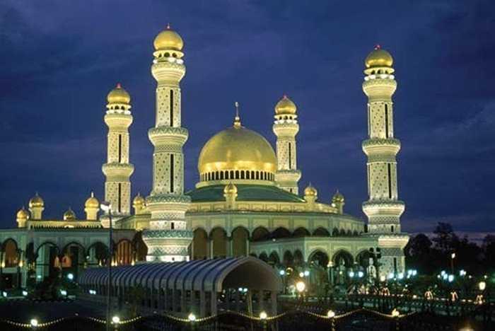 Gần hoàng cung là nhà thờ Jame Asr Hassanal Bolkiah - nhà thờ Hồi giáo đẹp và lớn nhất Đông Nam Á. Nó được xây dựng trong vòng 6 năm với 200 triệu USD. Ngoài ra, trong cung điện còn có một nhà thờ với sức chứa 1.500 người, phòng khách chứa khoảng 4.000 người và phòng ăn rộng đến mức chứa hết 5.000 người.