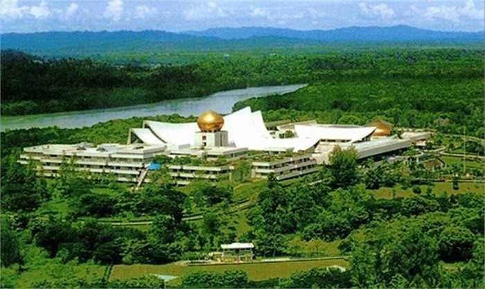 Cung điện tọa lạc trên một ngọn đồi được phủ đầy bóng cây xanh trên hạ lưu sông Brunei, mặt tiền của cung điện hướng về phía Nam nơi có Thủ đô Bandar Seri Begawan.