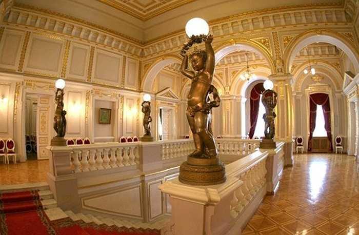 Hoàng cung theo kiến trúc Hồi giáo này có diện tích 200.000 m², với 1.788 phòng, 257 phòng tắm, 44 cầu thang bộ, 18 cầu thang máy, 5 hồ bơi đầy đủ tiện nghi. Máy lạnh được gắn khắp nơi trong cung điện, kể cả chuồng nuôi ngựa của nhà vua.