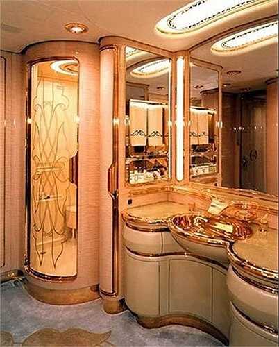 Đồ nội thất trong dinh thự đều được mạ vàng và kim cương. Thậm chí, 257 phòng tắm trong cung điện cũng được dát vàng và bạc.