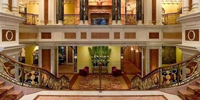 Tất cả các căn phòng, đặc biệt là phòng làm việc của Quốc vương đều được trang trí nội thất cao cấp, sang trọng với thiết kế tinh xảo, làm từ các loại kim loại quý như vàng, bạc…