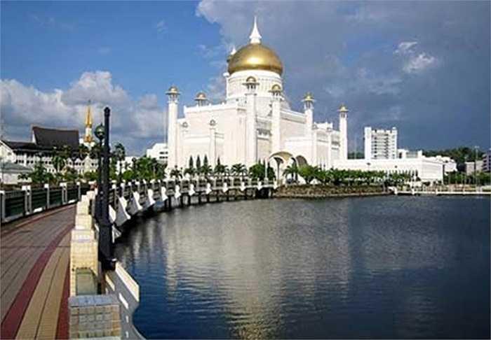 Hơn thế nữa, phía trên cung điện là một mái vòm làm bằng vàng chói sáng khiến Istana Nurul Iman càng thêm phần lộng lẫy và nguy nga hơn. Mái vòm bằng vàng lộng lẫy của hoàng cung thể hiện uy quyền của quốc vương rất lớn.