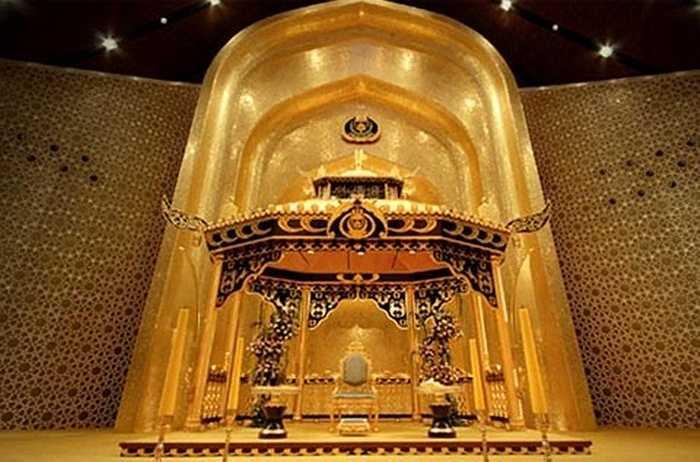 Ngai của Quốc vương Hassanal Bolkiah được làm toàn bộ bằng vàng nguyên chất.