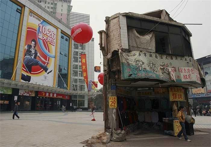 Một ngôi nhà 'đinh' nằm 'hiên ngang' giữa quảng trường của một trung tâm mua sắm ở Changsha, tỉnh Hồ Nam, Trung Quốc năm 2007.