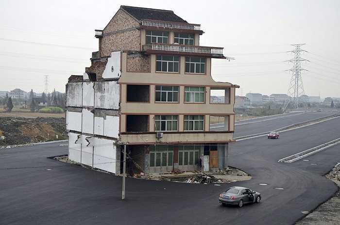 Đây là một trong những ngôi nhà 'đinh' nổi tiếng nhất ở Trung Quốc. Ngôi nhà này nằm ở Ôn Lĩnh, tỉnh Chiết Giang và thuộc sở hữu của một cặp vợ chồng nhất quyết không chịu di dời vì cho rằng mức bồi thường quá ít . Kết quả là nó nằm ở ngay giữa con đường trải nhựa đi qua làng.