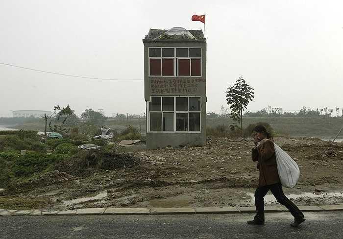 Một ngôi nhà ở ngoại ô Nanjing, Giang Tô, Trung Quốc năm 2008 tiếp tục 'đóng đinh' như một cách để đòi thêm tiền bồi thường từ chủ dự án xây dựng.