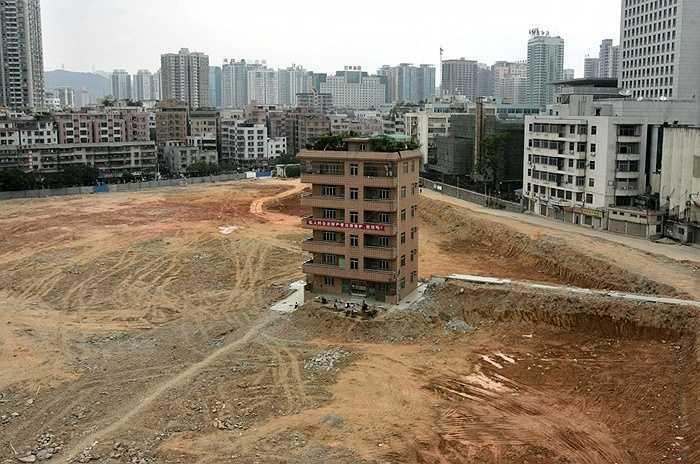 Một căn nhà 6 tầng sang trọng duy nhất còn sót lại 'mọc' trên công trường xây dựng trung tâm tài chính ở Thẩm Quyến năm 2007. Chủ của căn nhà này không đồng ý với mức bồi thường mà chủ đầu tư đề nghị.