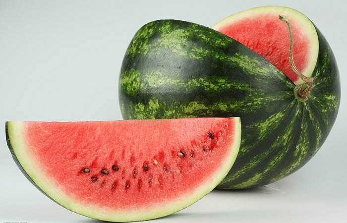 Ngăn ngừa ung thư: Một cốc sinh tố dưa hấu chứa hàm lượng lycopene cao hơn gấp 1,5 lần so với một quả cà chua sống. Được biết, lycopene là một chất chống oxy hóa rất tốt, đóng vai trò quan trọng trong việc ngăn cản sự giải phóng các gốc tự do gây hại cho tế bào. Lycopene là loại chất có nhiều nhất trong các loại rau và trái cây đỏ có thể giúp chống lại nhiều căn bệnh ung thư.
