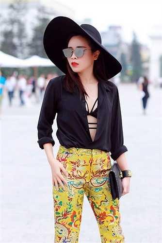Cô không chọn váy áo cầu kì, dạ hội mà thay vào đó là trang phục giao thoa giữa truyền thống và hiện đại
