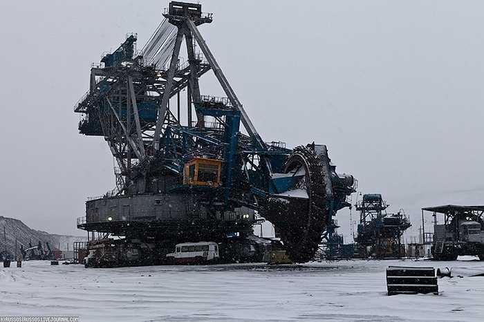 Nhiếp ảnh gia người Nga Alexander Popov thực hiện bộ ảnh về cỗ máy khai mỏ lớn nhất thế giới, tại địa điểm là mỏ than lộ thiên ở Kazakhstan, cũng là mỏ lộ thiên lớn nhất thế giới hiện nay.