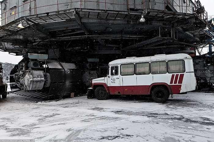 Các nhà chế tạo máy từ CHDC Đức (Đông Đức) đã tham gia chế tạo chiếc máy đào siêu khổng lồ này vào năm 1983. Đến nay, cỗ máy vẫn hoạt động nhưng hiệu suất kinh tế mà nó mang lại không phải là cao.