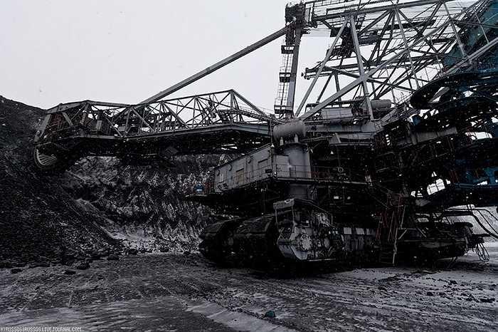 Về cơ bản, đó là một cỗ máy đào mỏ tự hành bằng bánh xích, có chiều cao 45m (tương đương tòa nhà 15 tầng), nặng khoảng 1.800 tấn.
