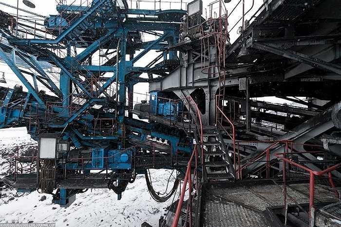 Phía trên dàn bánh xích là một kết cấu khổng lồ, gồm hệ thống băng tải, phòng máy, phòng phát điện, phòng nhiên liệu, phòng điều khiển và vô số loại cáp cũng như cầu thang.