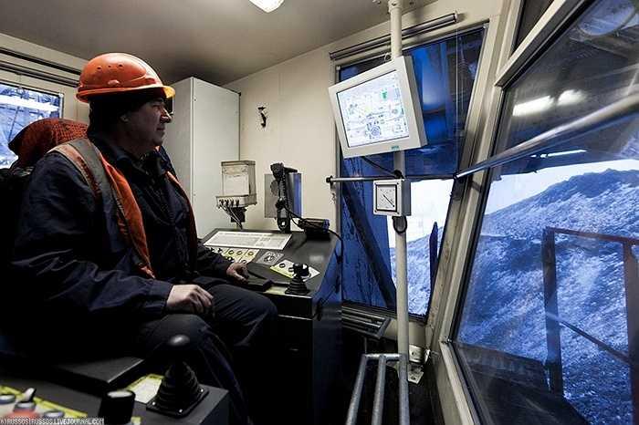 Năm 2009, người ta tiến hành nâng cấp hệ thống điều khiển trong cabin bằng nhiều trang bị kỹ thuật số, giúp người điều khiển máy quan sát tốt hơn.