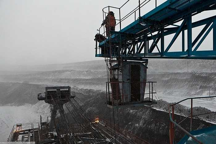 Từ trên cao, cánh tay gầu của nó vươn ra tối đa 70m, lưỡi gầu quay tròn liên tục trong khi múc than, mỗi gầu có dung tích 16m3. Cỗ máy có thể múc 5.000 tấn than mỗi giờ.