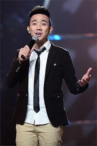 Trong mùa The Voice Kids đầu tiên, Trấn Thành lại đùa quá trớn khi nhận xét màn trình diễn của cậu bé Vũ Song Vũ 'giống như một ông già tập dưỡng sinh cố biến mình thành một người năng động'.