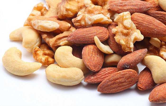 Các loại hạt: Các loại hạt thường gặp như: hạt hướng dương, hạt bí ngô, hạt điều, hạt đậu phộng… cũng là thực phẩm tốt cho vòng 1. Chúng chứa nhiều ures và làm tăng mức độ estrogen tự nhiên giúp kích thích sự phát triển của ngực. Do đó, thói quen ăn vặt với các loại hạt không đơn thuần thỏa mãn nhu cầu ăn uống mà còn có lợi cho một bộ ngực đầy đặn.