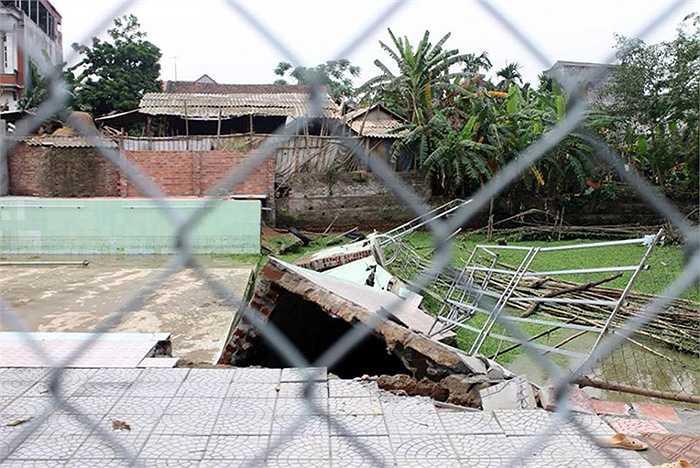 Thời điểm này, có khoảng 40 học sinh đang tắm thì hệ thống tường của bể bơi bất ngờ đổ sập.