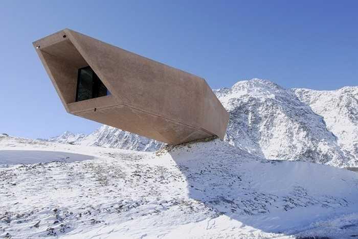 Bảo tàng Timmelsjoch Experience, Ý: Nằm dọc theo ngọn núi ranh giới giữa 2 nước Áo – Ý ở độ cao 2.509 m, kiến trúc đặc biệt của bảo tàng dường như đi ngược lại quy luật về trọng lực.