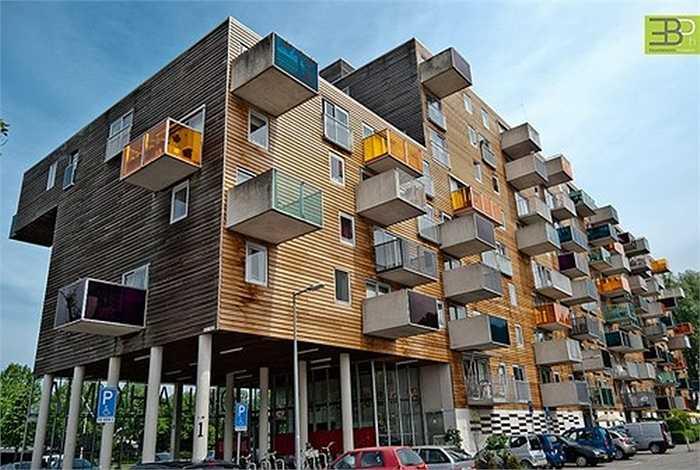 Tòa nhà chung cư Wozoco, Hà Lan: Tòa nhà được xây dựng từ năm 1994 đến năm 1997. Đây là khu chung cư cho người già ở Amsterdam. Trong số 100 căn hộ, có 13 căn được 'treo' chênh vênh bên ngoài tạo nên một kiến trúc rất độc đáo.