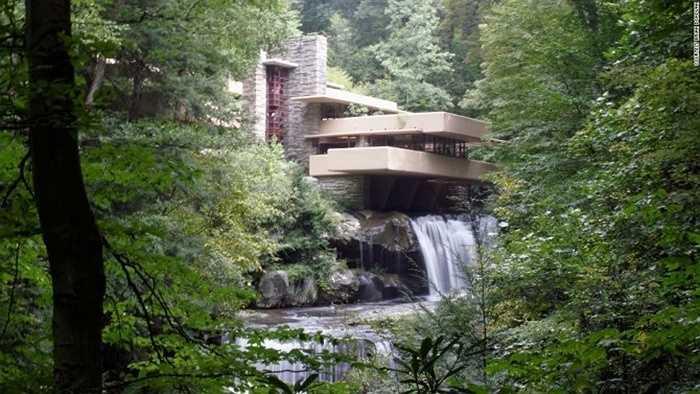 Tòa nhà Fallingwater, Mỹ: Tòa nhà do kiến trúc sư nổi tiếng người Mỹ Frank Lloyd Wright xây dựng vào năm 1935, tọa lạc trên một thác nước gần Pittsburgh, Pennsylvania.