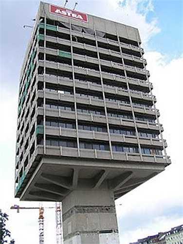 Tòa nhà Astra, Đức: Đây từng là nhà máy sản xuất bia Astra ở Hamburg, Đức. Toàn bộ tòa nhà chỉ được chống đỡ bằng một chiếc cột trụ kiên cố.