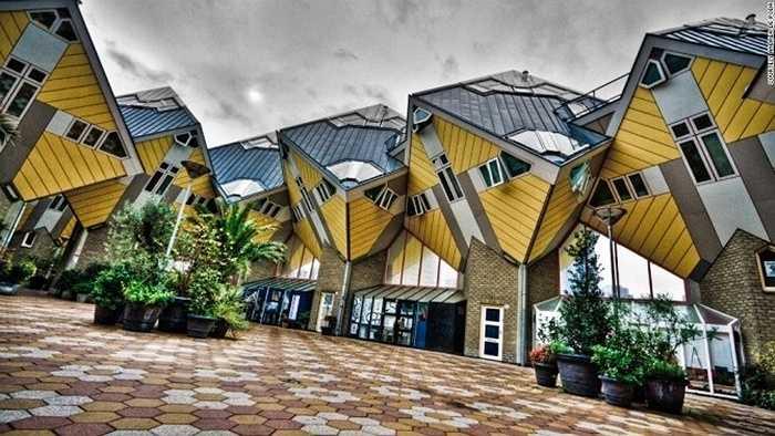 Nhà Cube, Hà Lan: Kiến trúc sư người Hà Lan Piet Bloom đã thiết kế tòa nhà với các khối hình lập phương gắn kết với nhau. Phần mái của ngôi nhà được xếp nghiêng 45 độ, tạo nên một hiệu ứng chóng mặt cho bất kì ai đang ngắm nhìn.