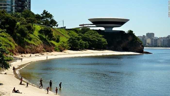Bảo tàng Niterói, Brazil: Tòa nhà được thiết kế từ ý tưởng của 1 bông hoa, nằm trên đỉnh một vách đá, nhìn ra vịnh Guanabra. Đường kính rộng nhất của tòa nhà là 50 m.