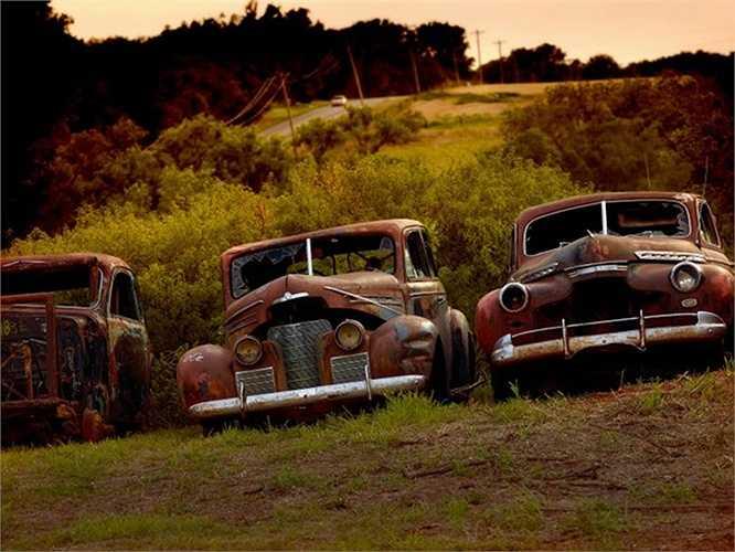 Những chiếc xe cũ bị bỏ lại trên cánh đồng ở Oklahoma, Mỹ.
