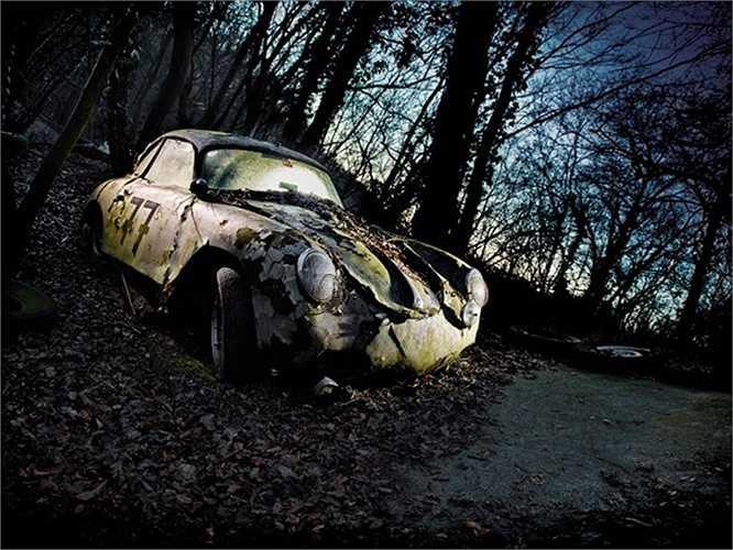 Rêu mọc khắp xe, lá khô phủ đầy trên chiếc xe trong khu nghĩa trang ở Đức.
