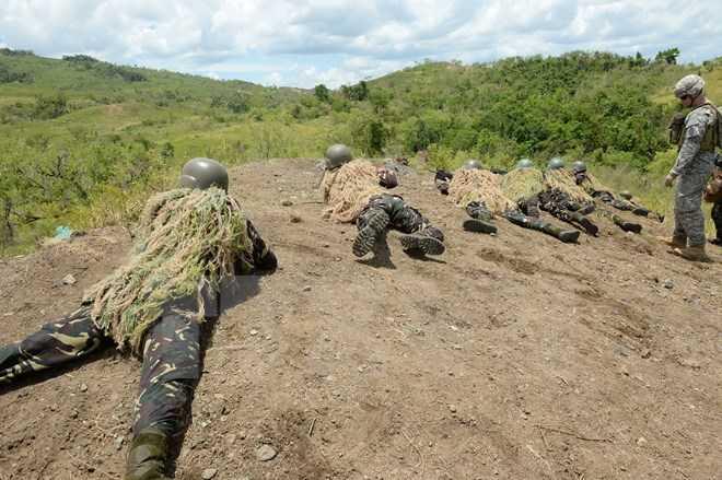 Binh sỹ Philippines và Mỹ trong một cuộc diễn tập bắn đạn thật