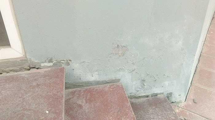 Các hạng mục xây dựng tại đây đều đã xuống cấp, tường bong tróc, nứt lớn ở các kẽ chân tường nhà...
