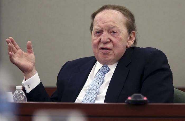 Sheldon Adelson tổng tài sản 28,5 tỷ USD lớn lên ở Boston, cha lái taxi còn mẹ làm ở cửa hàng dệt may. 12 tuổi, ông vay 200 USD để bán báo tới 16 tuổi, ông đã có một máy bán hàng tự động. Sau khi bỏ học, ông mở doanh nghiệp và phá sản 2 lần. Ông sớm trở thành một triệu phú trẻ với hơn 50 doanh nghiệp trước khi dừng chân ở vai trò một chủ sòng bạc ở Las Vegas.